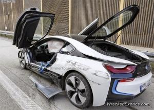 Германия: водитель Audi не посмотрел в зеркало при перестроении и врезался в BMW i8