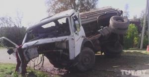 Гродненская область: на деревенском перекрестке столкнулись два МАЗа, от удара водитель вылетел из кабины и повис, зацепившись ногами за кузов