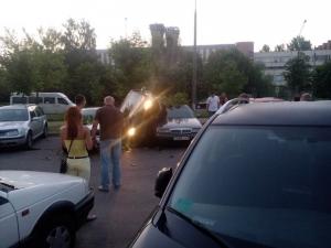 Минчанин «припарковался» на крыше другого автомобиля (фото)