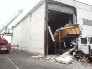 В Бресте грузовик, выезжая, разворотил мойку (фото)